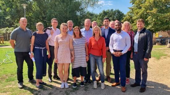 Ein Gruppenfoto mit den Ehrenamtlichen und Hauptamtlichen